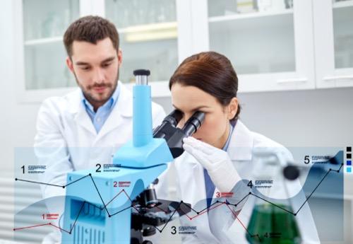 Wirtschaftsbiologen am Mikroskop